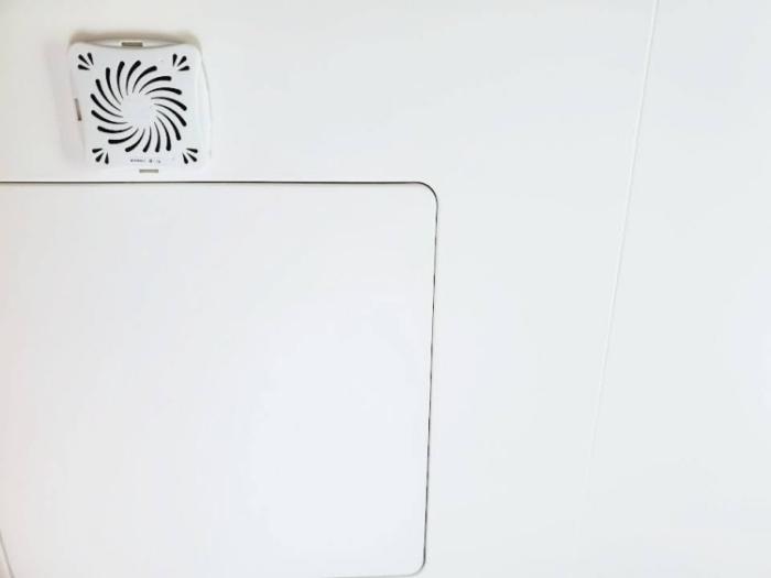 お風呂用「バイオくん」を天井に貼り付ける