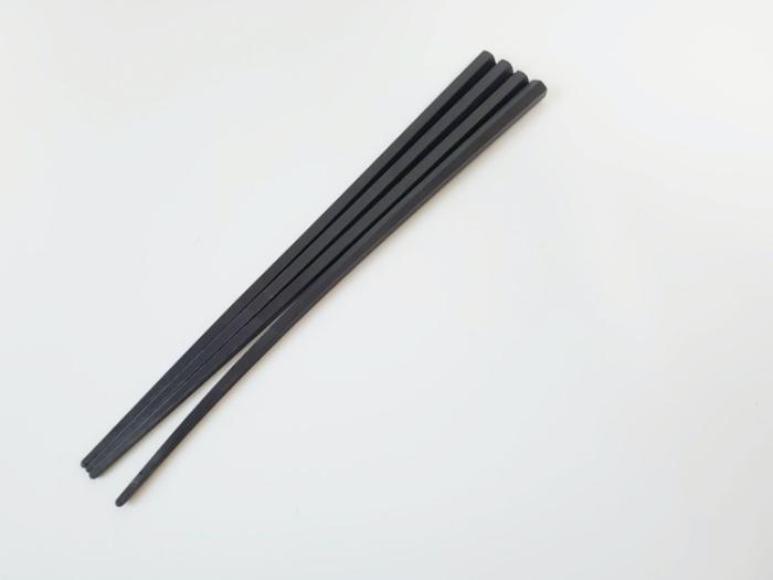 ニトリの箸。1本しなってしまう