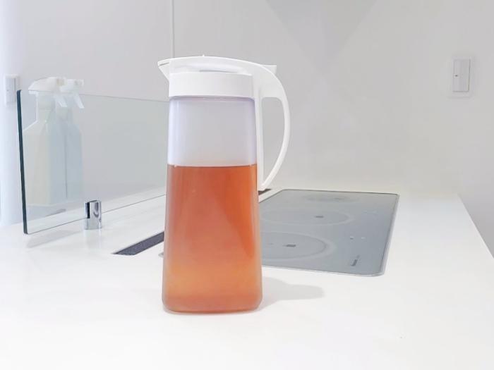 ニトリ「横置きできる茶こし付きワンプッシュ冷水筒2.1L」