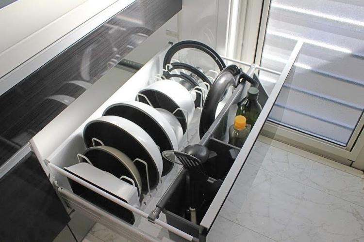 【レビュー】towerの伸縮鍋蓋&フライパンスタンドでキッチン引き出しをスッキリ収納!シンプルで使いや...