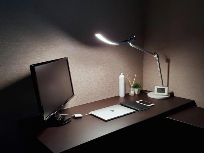 BenQ WiT アイケアLEDデスクライトを暗い状態で撮ってみた