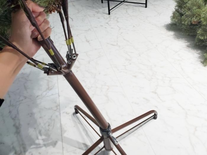 アルザスのクリスマスツリーの組み立て。スタンドに下段をはめ込む