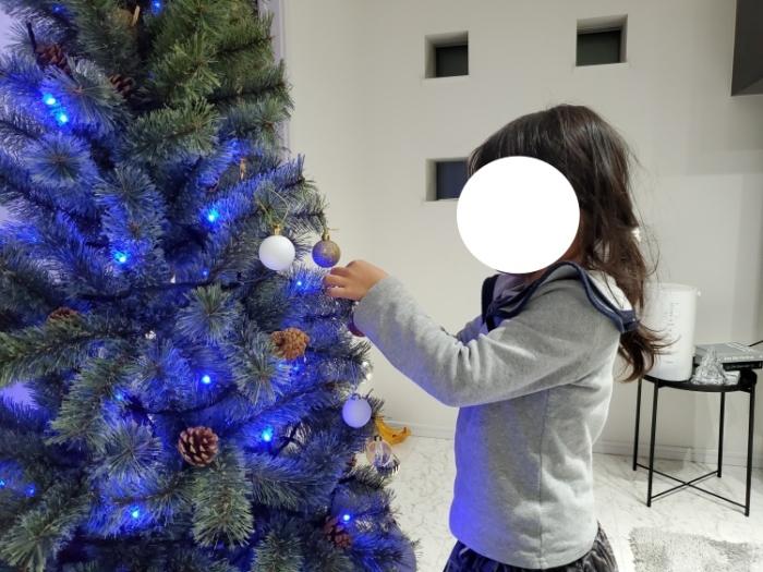 アルザスのクリスマスツリーに飾り付け