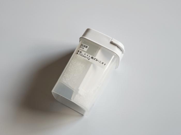 セリアの「ひとふりで軽量できる粉末洗剤ボトル」にラベルを貼る
