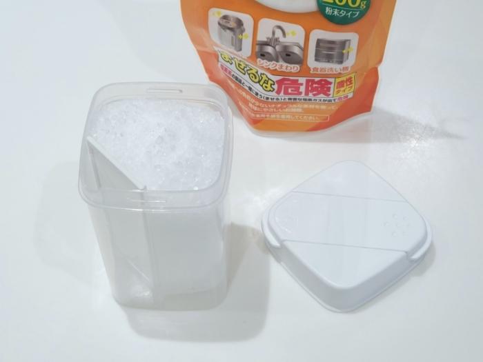 セリアの「ひとふりで軽量できる粉末洗剤ボトル」にクエン酸を入れた