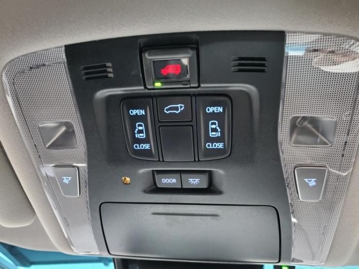 ヴェルファイアの運転席上部にあるスライドドアボタン