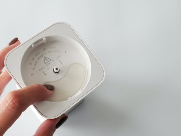 CLESSA 泡で出てくるオート(自動)ハンドソープディスペンサーの電池ケースをしまう