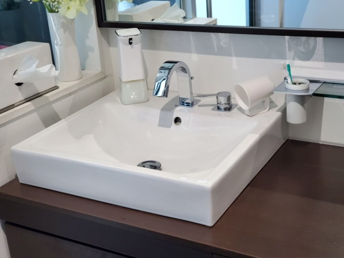 CLESSA 泡で出てくるオート(自動)ハンドソープディスペンサーを置いた洗面台