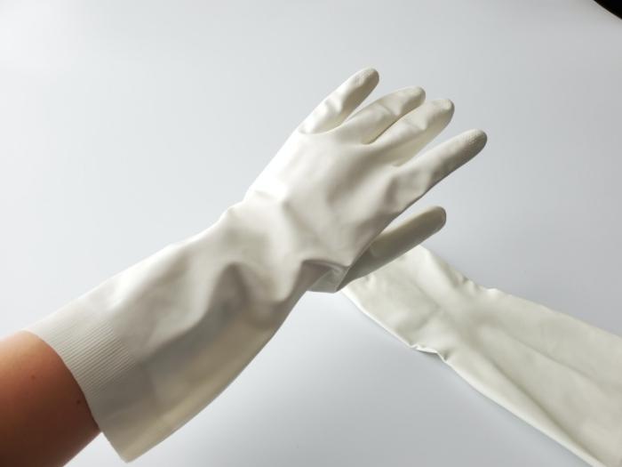 ディスカウントドラッグストア「コスモス」のPB商品「天然ゴム手袋M」をはめた写真