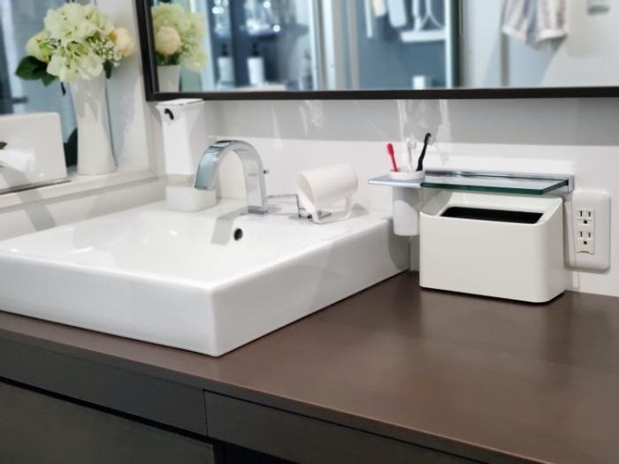 イデアコ(ideaco)のミニ卓上ゴミ箱「チューブラーコットンラッシュ」を置いた洗面所