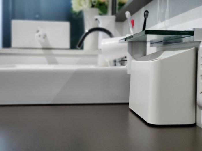 イデアコ(ideaco)のミニ卓上ゴミ箱「チューブラーコットンラッシュ」を置いた洗面台