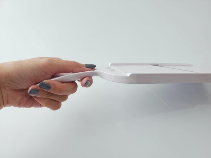 貝印のスライサーSELECT100(DH5700)の持ち手はカーブしていて持ちやすい