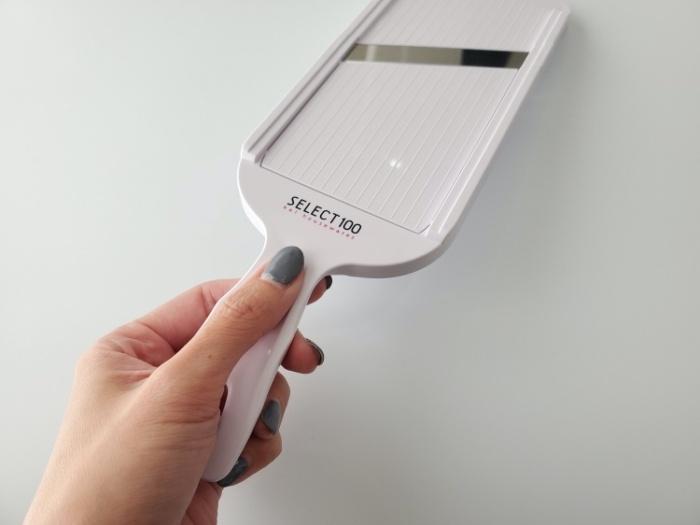 貝印のスライサーSELECT100(DH5700)の持ち手は親父指はフィットして安定する