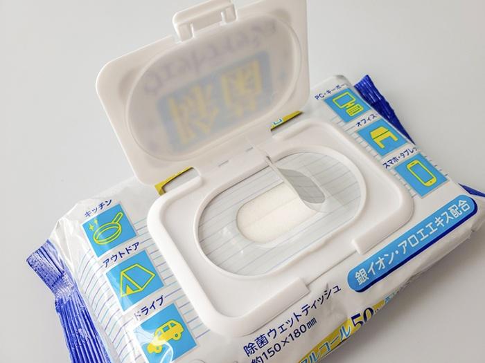 ワンタッチで開けられる蓋の下には粘着シールが付いていて乾燥を予防