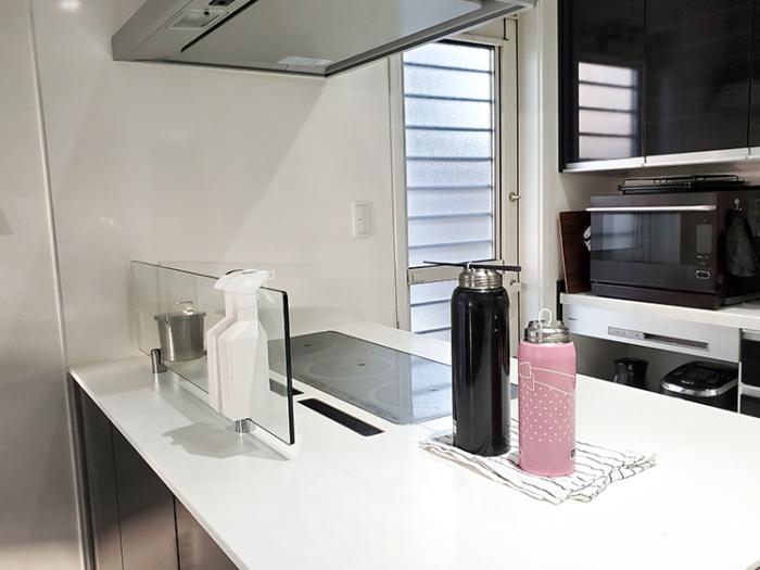 マーナのエコカラットボトル乾燥スティックで水筒を乾かす。800mlと1.5Lの子供用水筒