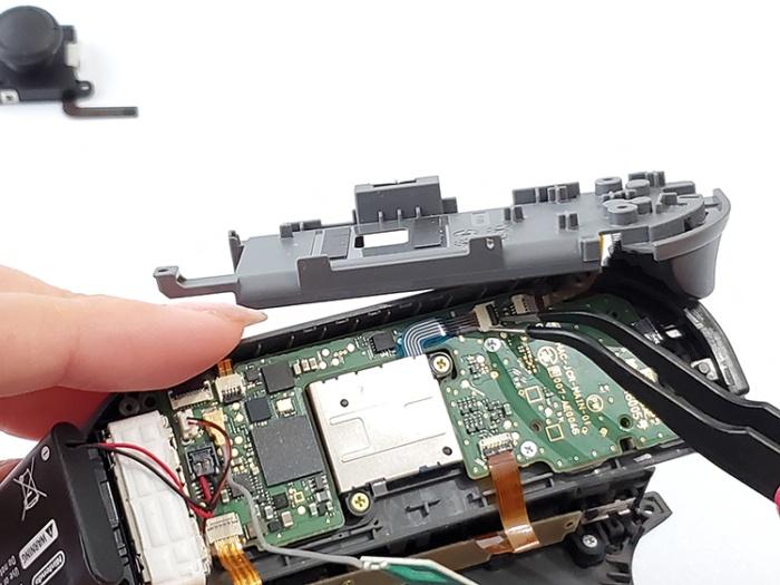 任天堂Switchのジョイコンを自分で修理する。スティックについたケーブルを外す