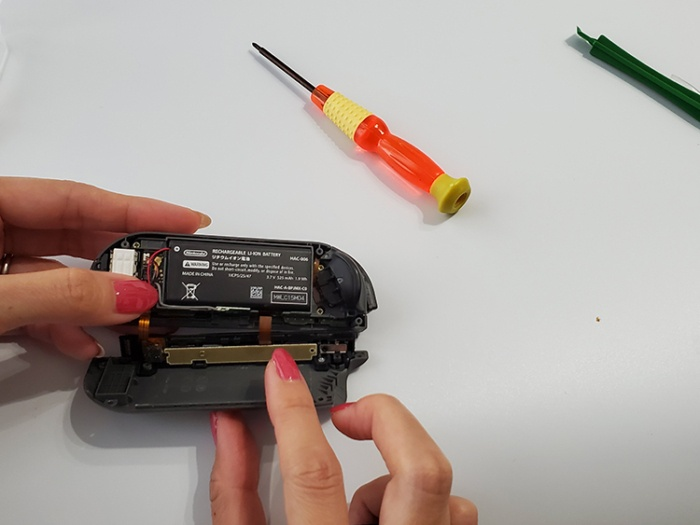 任天堂Switchのジョイコンを自分で修理する。アンテナを戻す