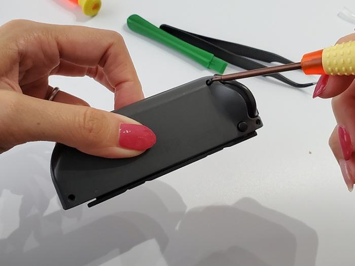 任天堂Switchのジョイコンを自分で修理する。カバーをY字ドライバーで戻す