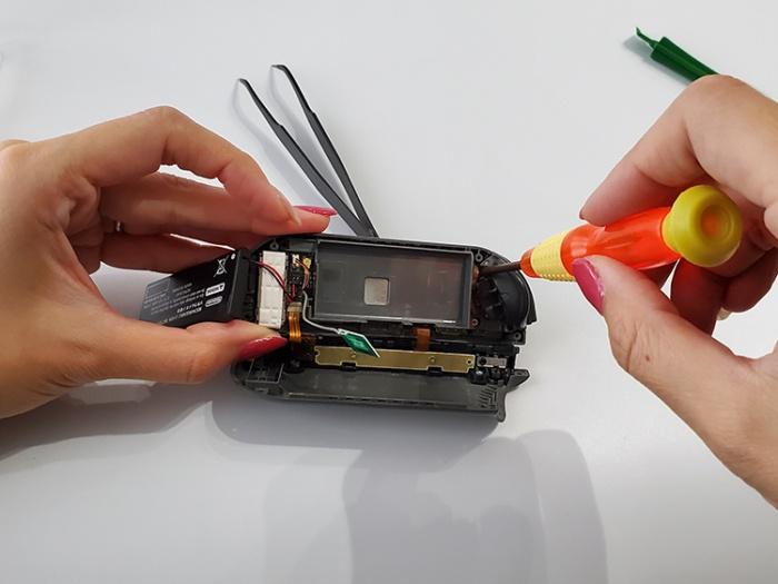 任天堂Switchのジョイコンを自分で修理する。バッテリー下のカバーを戻す