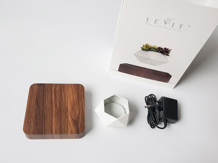 宙に浮くプランターポット「LEVIT'」のパッケージと中身