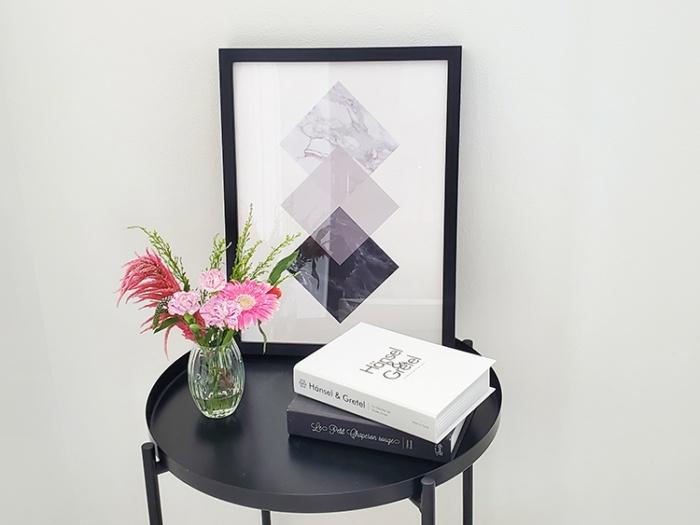 Project Nordのポスターをサイドテーブルに飾る